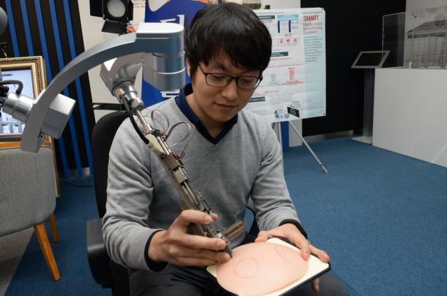한국전자통신연구원과 경북대병원이 공동으로 개발한 자동 식모기를 이용해 모발을 심는 모습.  - ETRI 제공